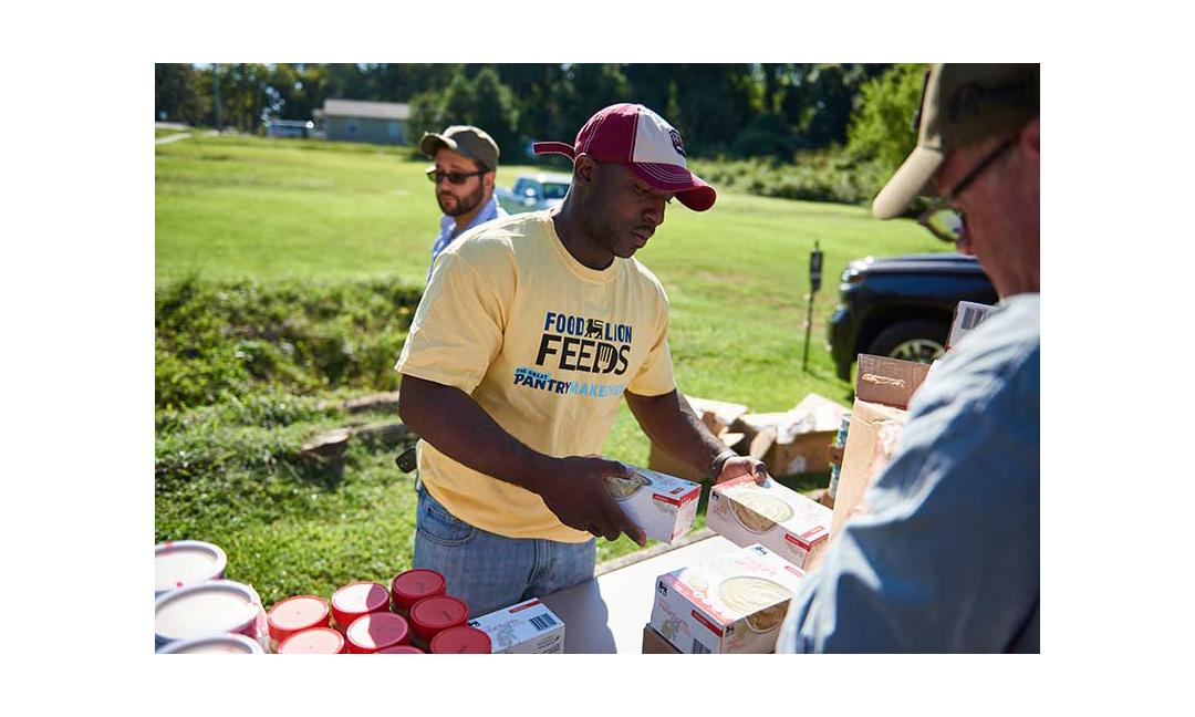 A Food Lion Feeds volunteer